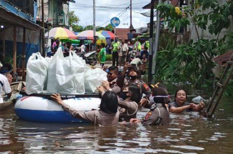 Jalan Tergenang Banjir, Pedagang Pindah Jualan